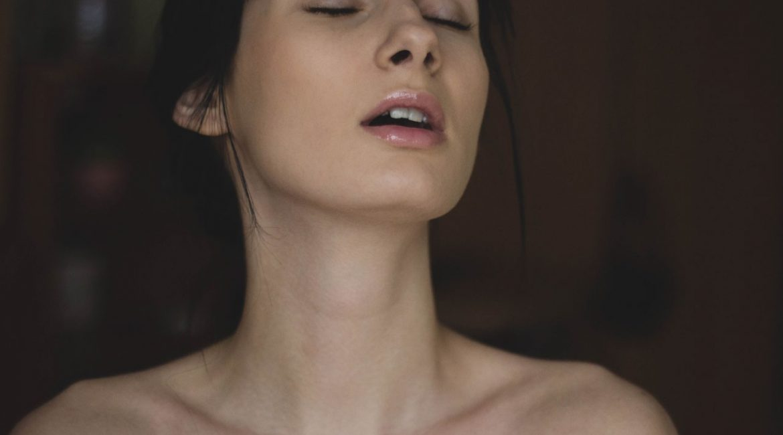 A woman enjoys amazing orgasm from tantric masasge